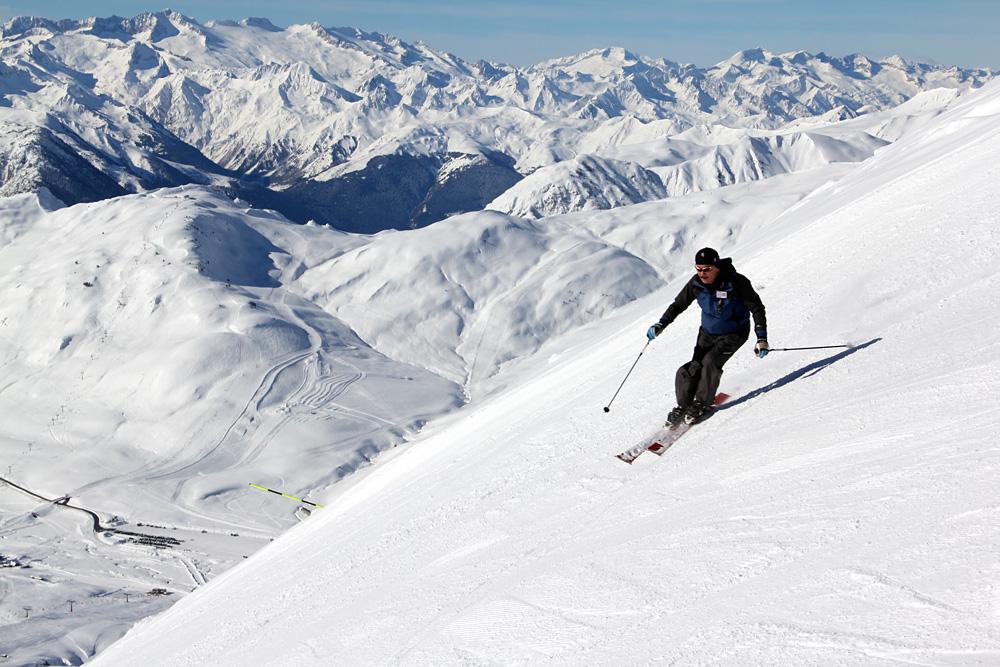 広大なバケイラ・ベレットでアネト山をバックに豪快なスキー